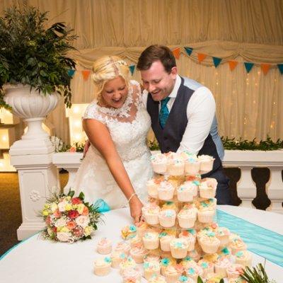 Emma & Paul cutting their wedding cup cakes!